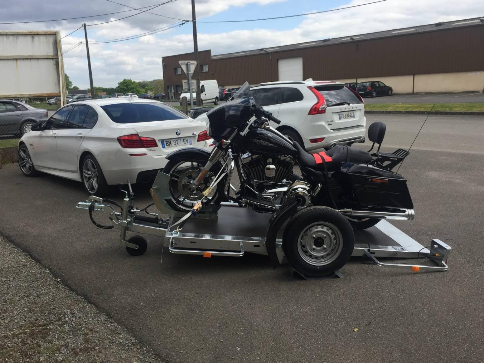charger et d charger votre moto sans rampe sans effort et sans risque vente de remorques. Black Bedroom Furniture Sets. Home Design Ideas